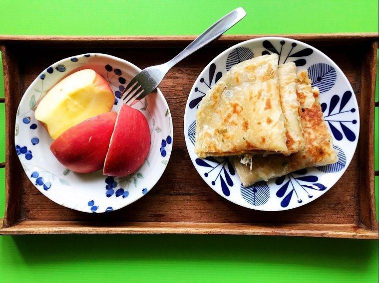 簡單的水果和早餐,用美麗的盤子盛裝,用餐的心情也會不同。 圖/取自50+(Fif...