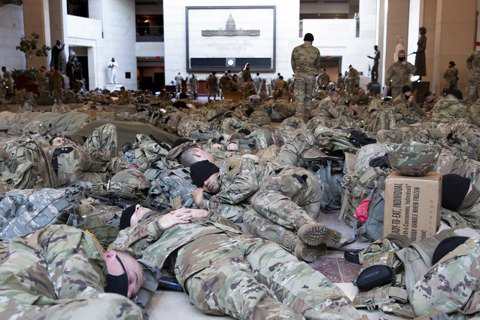 為了防堵「國會山莊被攻陷事件」再度重演,美國國防部與聯邦政府從各州急召部隊「進京...