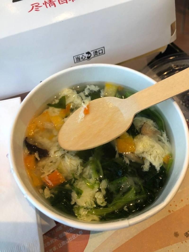 大陸「限塑令」推出後,速食業者轉而提供木質湯匙,卻遭網吐槽。圖擷自微博。