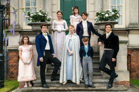 女主角偏愛藍色禮服?羽毛頭飾竟代表這個!《柏捷頓家族:名門韻事》你不知道的服裝背後意涵