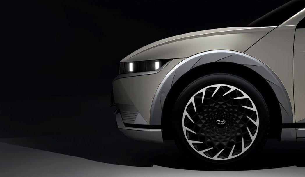 全新Hyundai Ioniq 5配置具備空氣動力學的20吋大尺碼鋁圈。 摘自H...