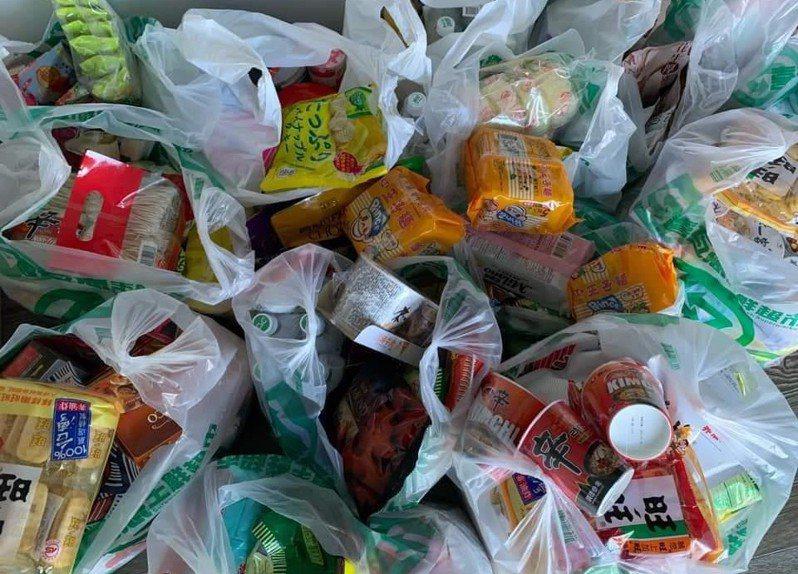 原PO家的和室塞滿了拜拜用的貢品,讓他無力地表示,「我要抱怨家裡零食太多!」圖擷自爆怨公社
