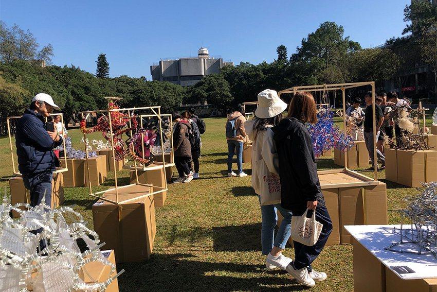 中原大學建築系快閃展覽吸引許多師生與民眾參觀。 中原大學/提供