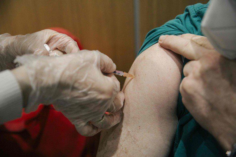 俄羅斯將在18日擴大新冠疫苗接種規模,圖為塞爾維亞人民接種俄國自製的疫苗「史普尼克V」。 法新社