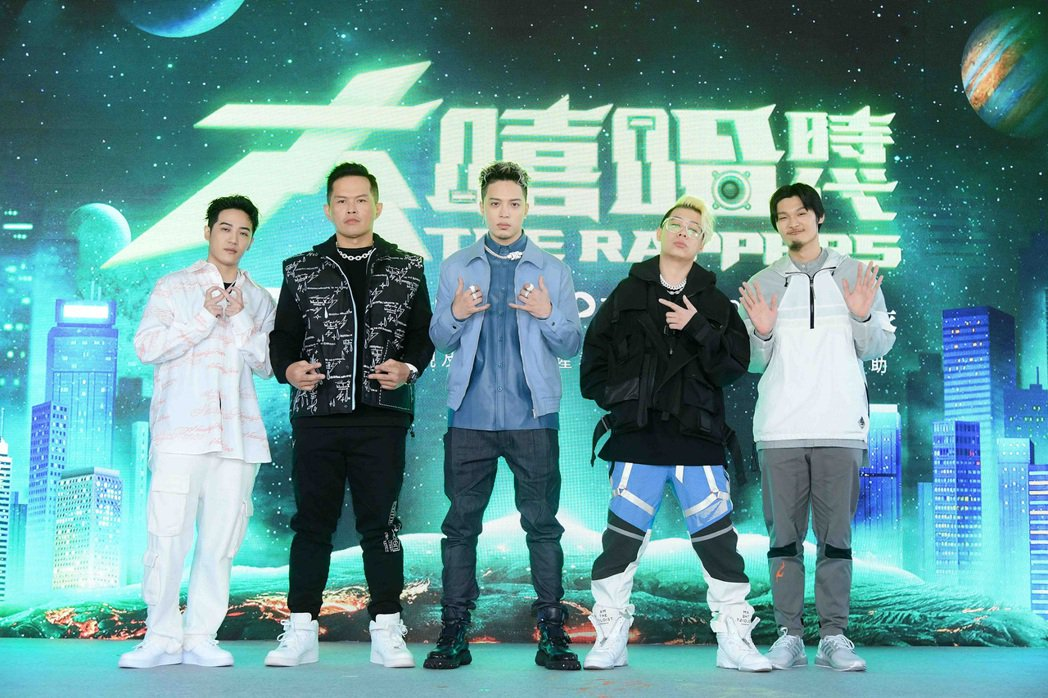 台灣大型嘻哈選秀節目「大嘻哈時代」即將啟動,邀請歌手J.Sheon擔任主持人(中