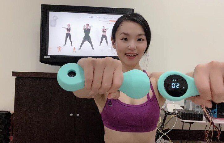 Coco建議,居家運動可以選擇具遊戲效果的方式,例如智能啞鈴就是最近很夯的選項。圖片由Coco提供