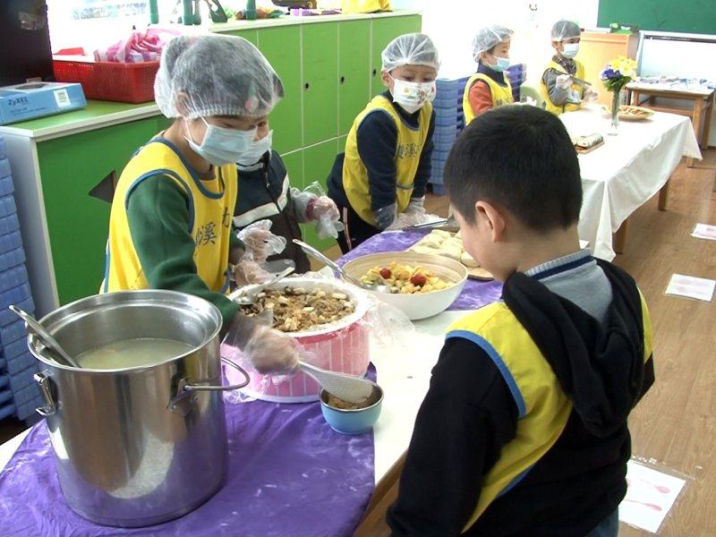 雙溪國小附設幼兒園孩子們則模擬餐廳營運,製作山藥料理招待所有小朋友,相當熱鬧。 圖/觀天下有線電視提供