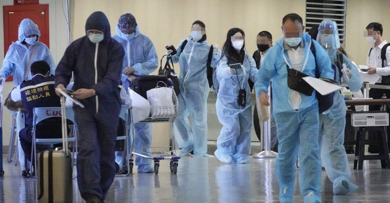 春節前夕,旅居海外的國人陸續搭機返台,許多縣市檢疫旅館供不應求。圖為昨天下午搭機抵達桃園機場的旅客,下機後接受檢疫人員檢疫。記者陳嘉寧/攝影