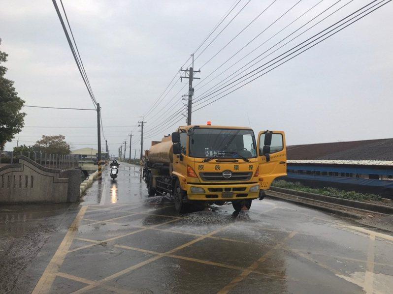 屏東縣府環保局協助清洗路面出動洗街車。圖/屏東縣府環保局提供