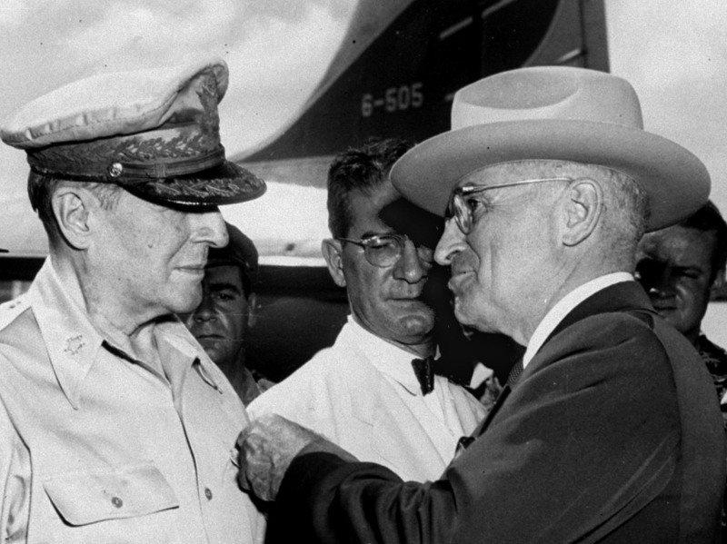美國總統杜魯門(右)在韓戰爆發時,曾趁亂密謀分裂中國領土主權,出賣台灣,要將台灣歸還給日本,由東京盟總總司令麥克阿瑟(左)統治。美聯社