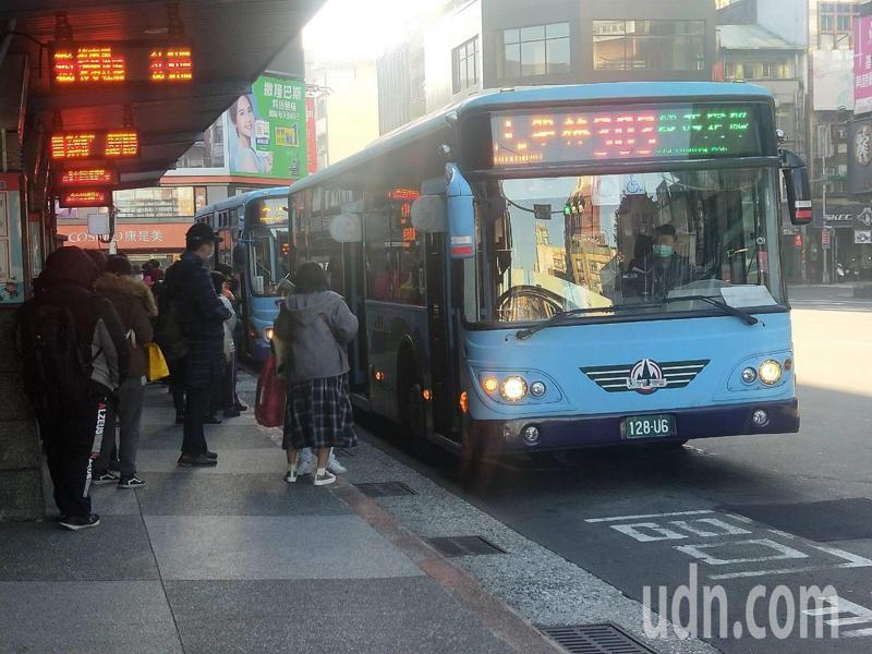 基隆市公車大規模變動,近半路線班次調整並改發車地點。記者游明煌/攝影