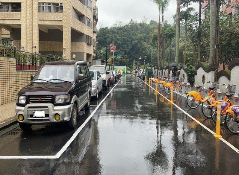 汐止明峰街297巷5弄內的路邊公有汽車停車格將納入收費。圖/新北交通局提供