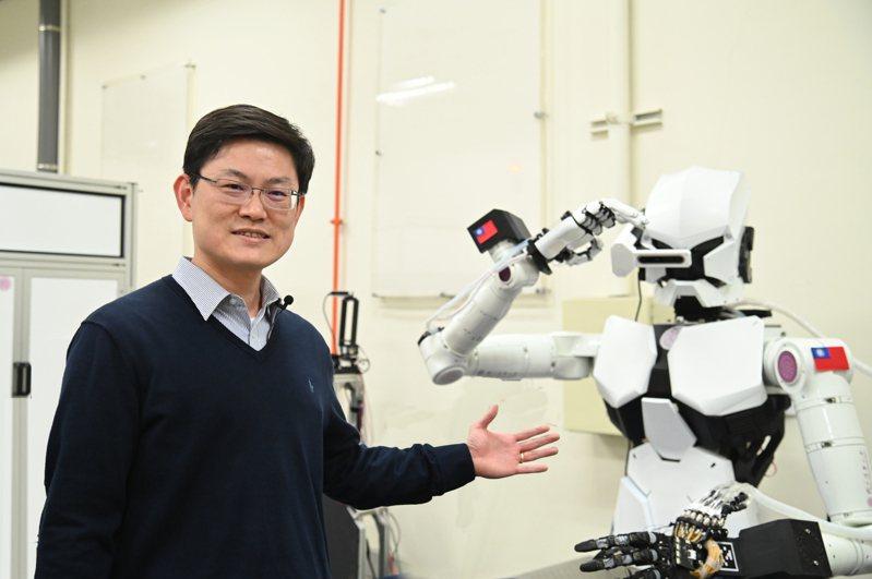 清大動機系教授張禎元研發出可模仿人手細緻動作的機器人。圖/清大提供