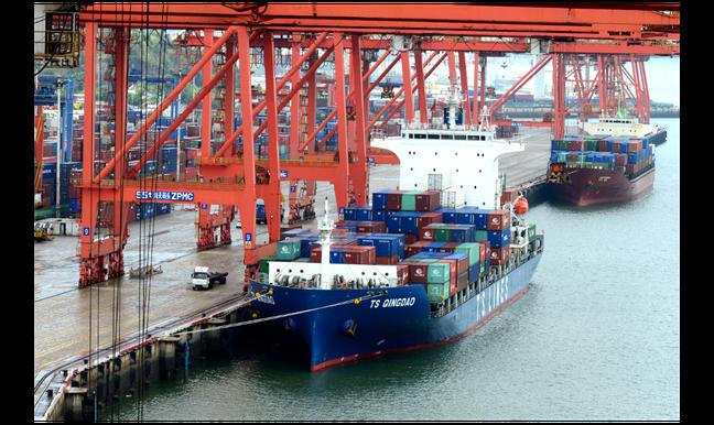 根據大陸統計,去年兩岸貿易逆勢成長14.3%。圖為廈門港海天集裝箱碼頭。中新社