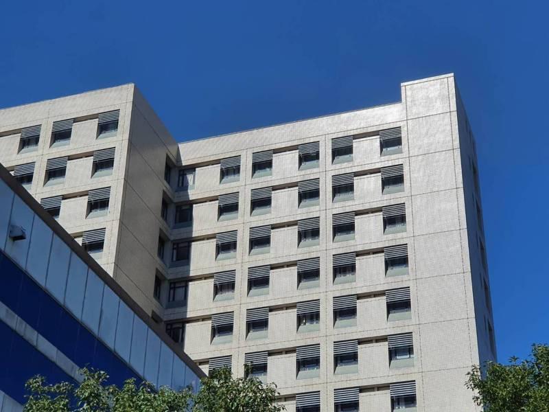 北部某醫院醫護人員確診新冠肺炎,院方在醫院後棟對全院員工逾2500位進行分批採檢。記者陳夢茹/ 攝影