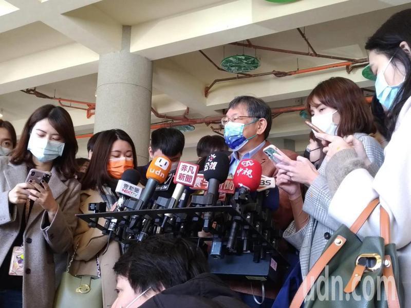 台北市長柯文哲今被問陳時中是否雙標?柯說,「人在江湖、身不由己,這也不能怪他」,陳時中每天壓力太大,辛苦他了。記者林麗玉/攝影