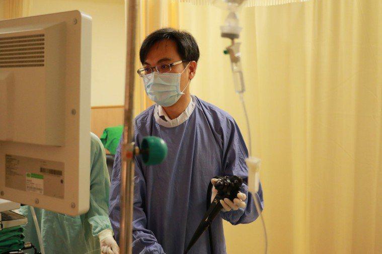 台中慈濟醫院肝膽腸胃科醫師張歐高奇執行內視鏡治療。圖/台中慈濟醫院提供