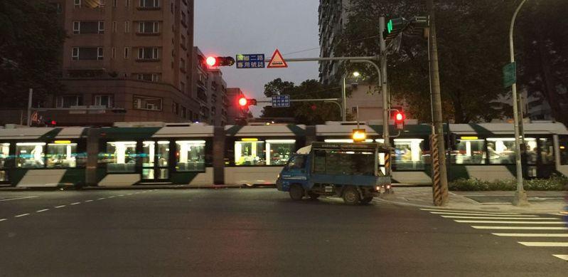 高雄市輕軌大南環段通車,高市府要加強宣導讓用路人及早熟悉相關規則。圖/本報資料照片