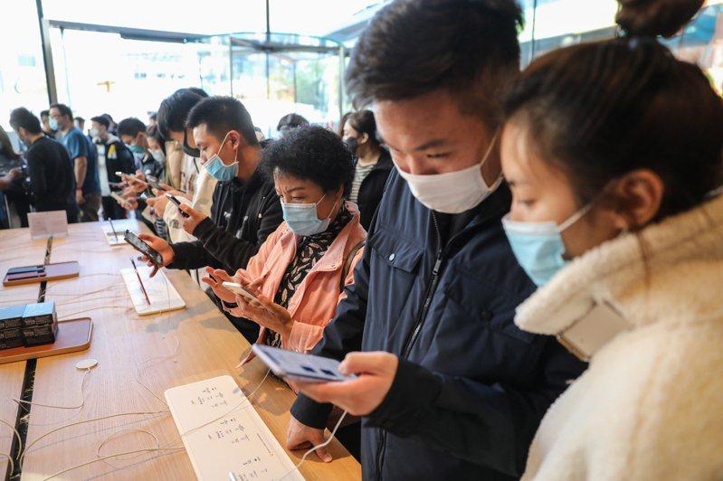 iPhone熱賣,2021年可能成為蘋果豐收年,分析師說,市值有機會挑戰3兆美元。圖為蘋果北京旗艦店。歐新社