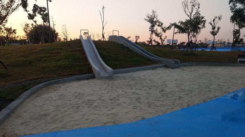 嘉義縣民雄鄉運動公園昨天進行驗收,預計16日開幕,但場內三米高溜滑梯已吸引不少遊客慕名前往。圖/吳宏亮提供