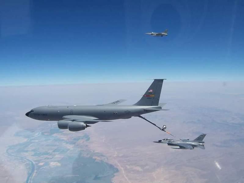 國軍出資在美國境內成立第21中隊,由美國教官訓練。本圖為去年8月27日,美國在台協會利用臉書公布的照片,美軍KC-135加油機正替21中隊的F-16加油。圖/引自AIT臉書