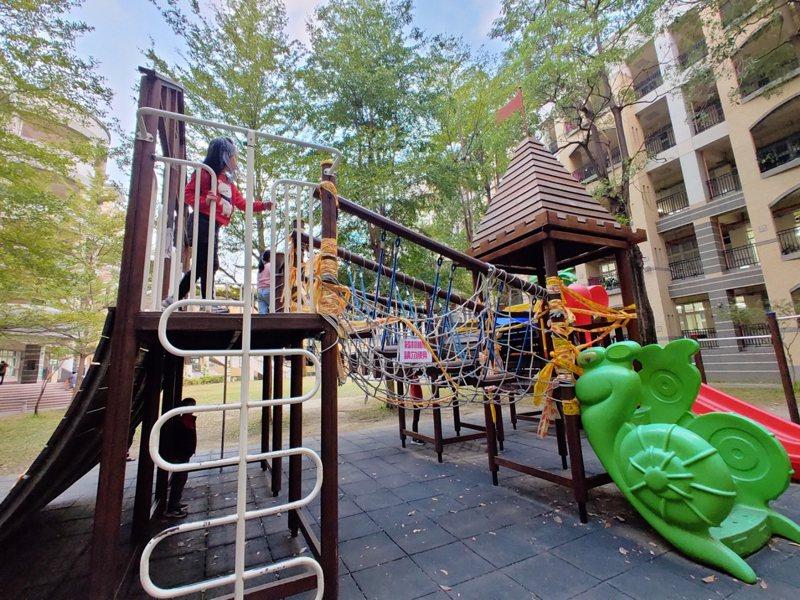 衛生福利部在2017年修正「兒童遊戲場設施安全管理規範」,要求全國兒童遊戲場在2023年1月需完成遊具安檢及改善才能開放使用。記者蔡容喬/攝影