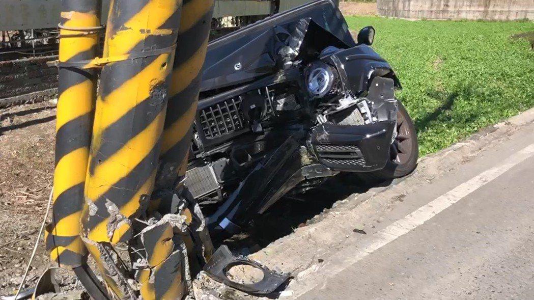 這台賓士G63吉普車有「越野王者」之稱,但其駕駛昨追雪後下山自撞,車頭全毀。圖/...