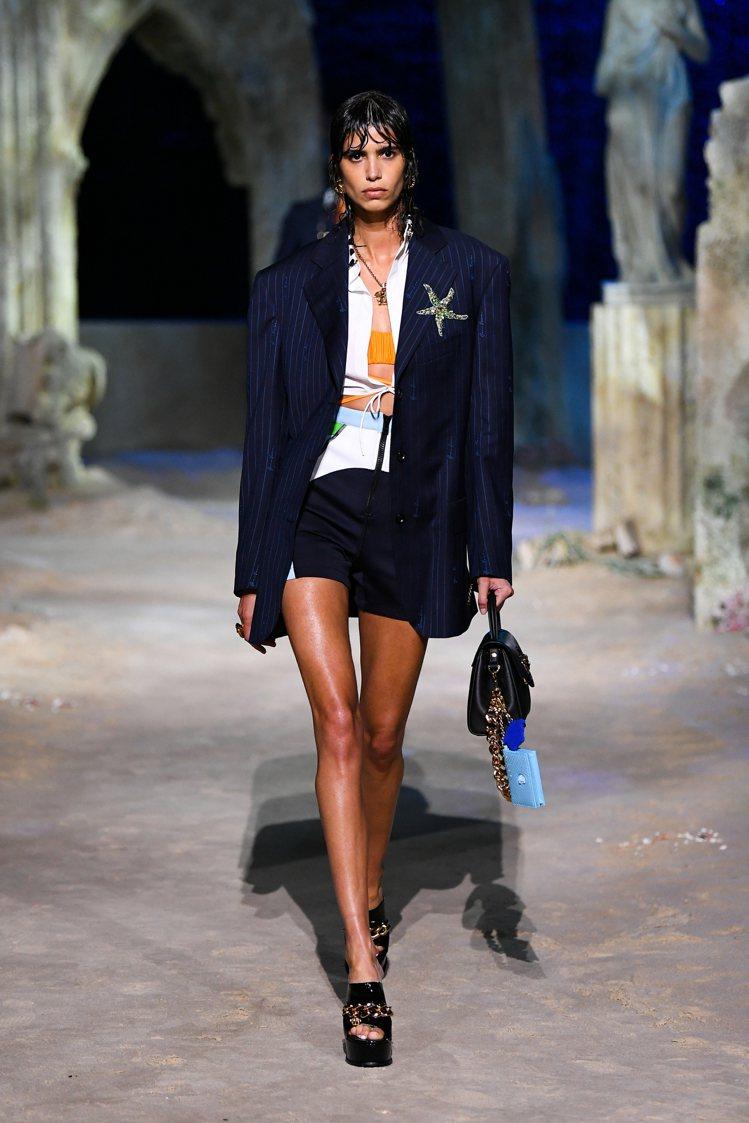 當初在2021春夏秀上,設計師Donatella Versace建構出一個叫做「...