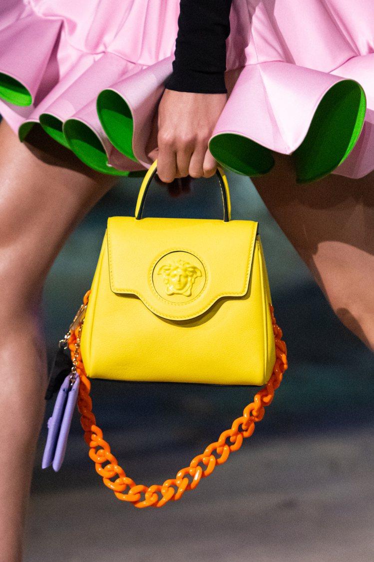 本季全新推出的包款La Medusa包身中央有著Medusa頭像飾牌,呼應品牌位...