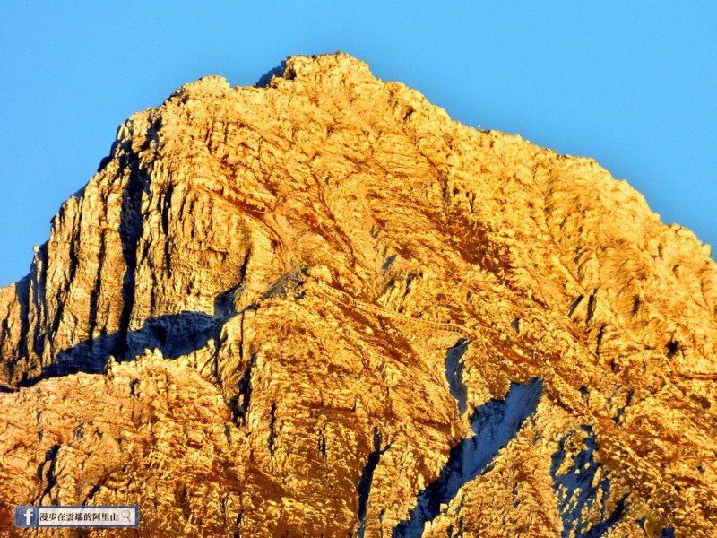 黃源明昨天於小笠原山利用2000mm鏡頭拍攝,風口鐵網護欄清晰可見。圖/截自臉書漫步在雲端的阿里山