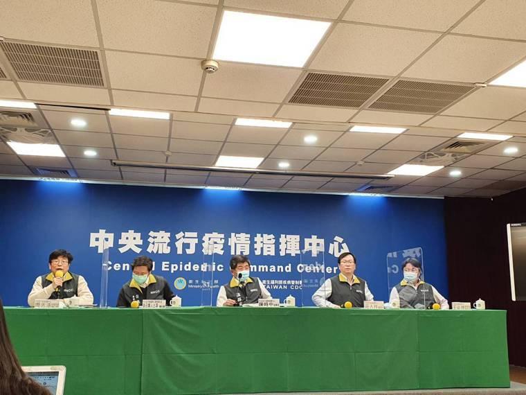 中央流行疫情指揮中心記者會,疫情監測組組長周志浩(由左到右)、專家諮詢小組召集人...