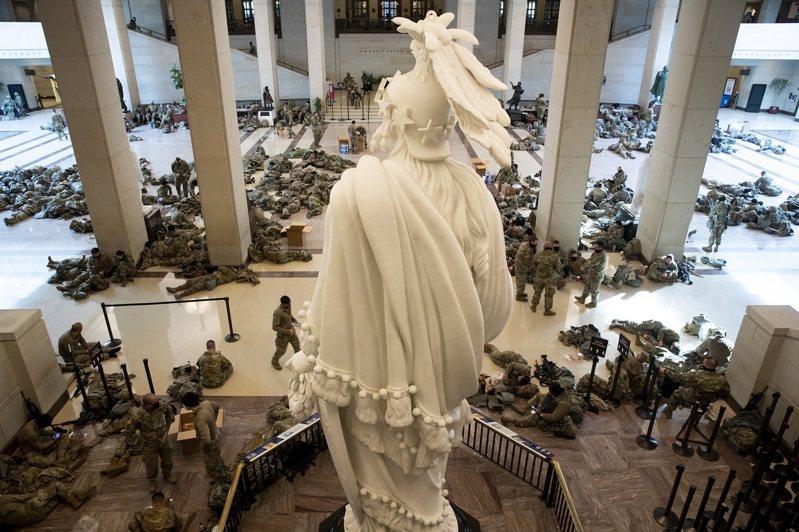 進駐國會山莊協助維安的數百國民兵在訪客中心就地休息,圓形大廳都可見到步槍、鎮暴盾牌與頭盔等配備。歐新社
