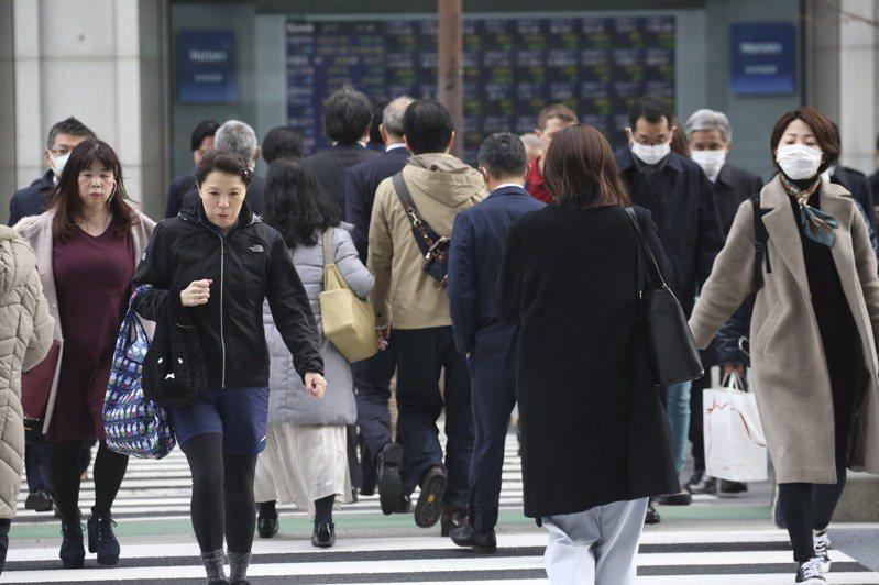 日本13日宣布擴大實施緊急狀態地區。(美聯社)