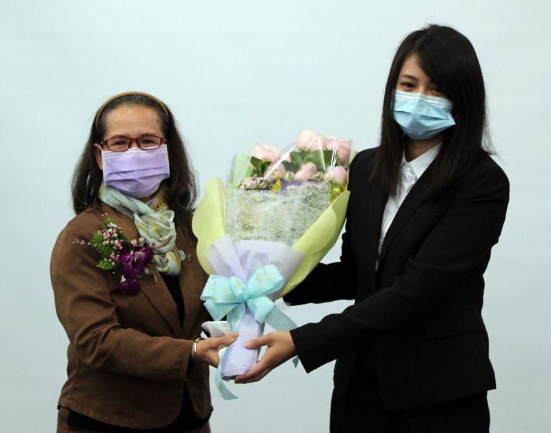義守大學醫學系學生代表(右)獻花感謝楊春利老師的妻子(左)。圖/義守大學提供