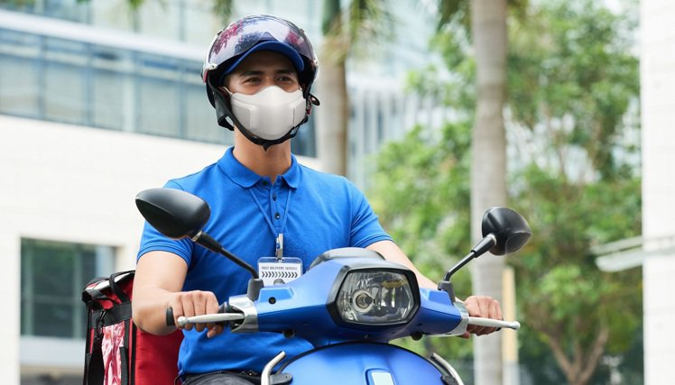LG PuriCare口罩型空氣清淨機特別適合機車族使用,HEPA 13醫療級濾...