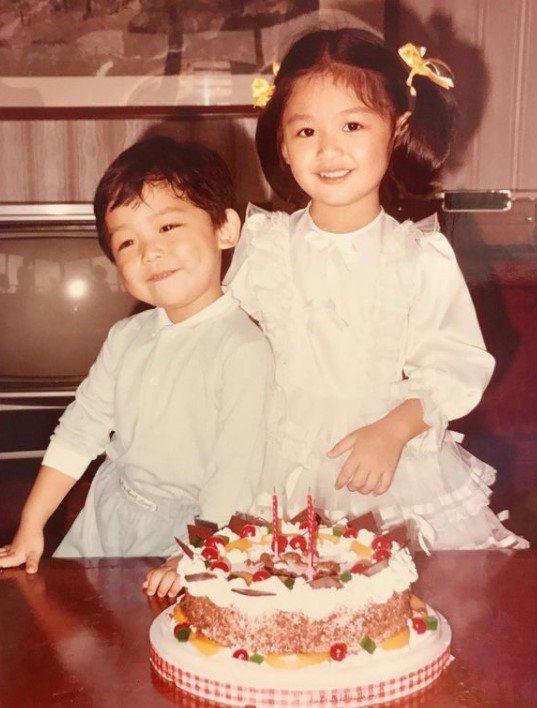 王怡仁和弟弟小時候的合照。圖/摘自IG