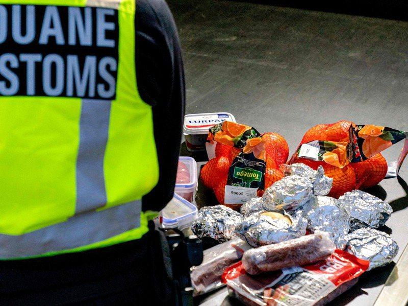 荷蘭邊境官員沒收的三明治、水果、肉品等。法新社