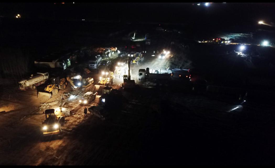 圖為13日晚間,位於石家莊市在正定縣的集中隔離點預定地,工人正連夜進行施工。中新...