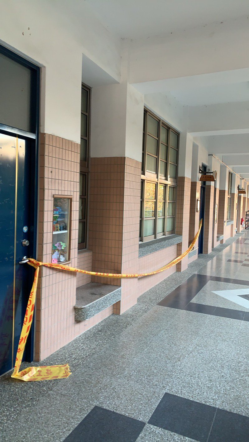 雲林斗六鎮西國小一處教室及廁所地板出現磁磚爆裂情形,校方除安排學生至其他教室上課,也將危險範圍拉起封鎖線,避免人員靠近。記者陳苡葳/翻攝