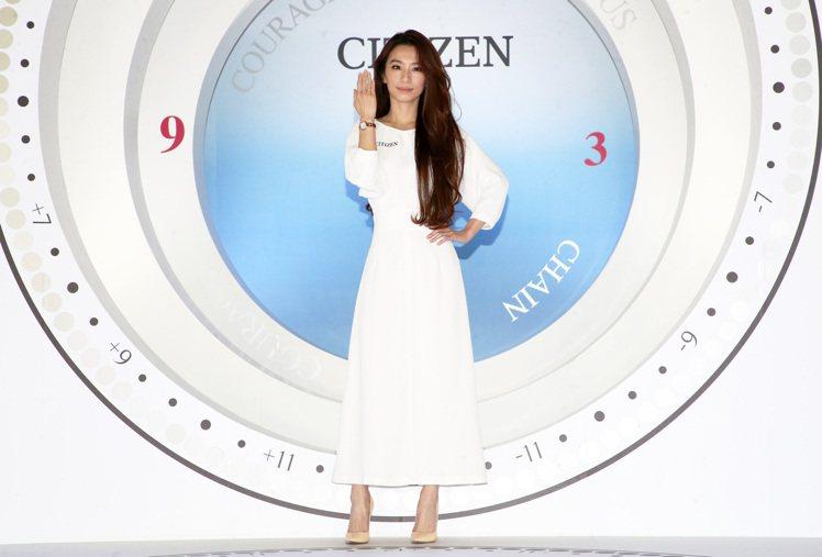 CITIZEN代言人田馥甄以白色洋裝搭配ES9468-51A腕表29,900元,...