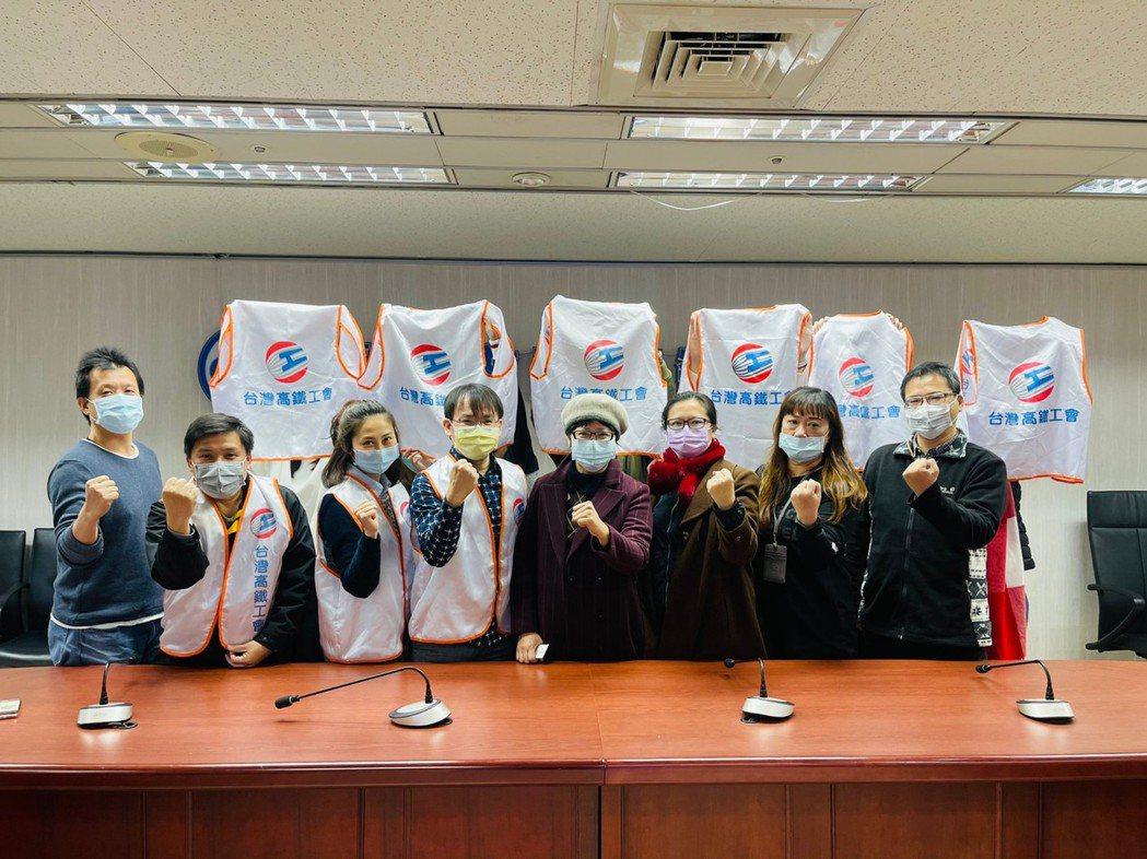 高鐵公司積欠員工加班費達2.5億元,北市勞動局長陳信瑜(中)表示,將捍衛勞工的權...