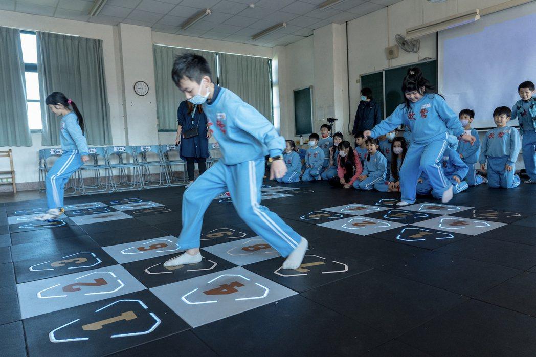 新北市鶯歌國民小學啟用新落成的智能地墊體感教室,導入仁寶「Stampede互動式...