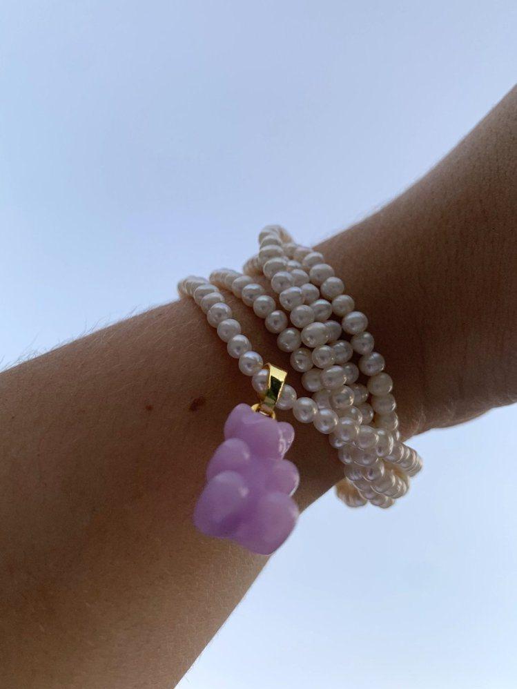 小熊鍊墜可搭配珍珠項鍊,繞在手上當作手環。圖 /ARTIFACTS提供