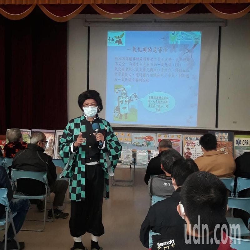 台南市消防局第二大隊消防人員扮鬼滅之刃主角宣導預防「一氧化碳中毒」。記者吳淑玲/翻攝