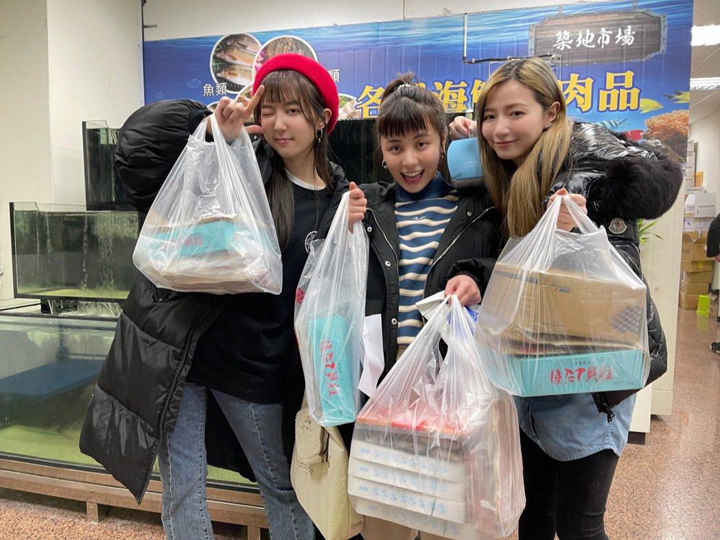 洪詩(左起)、宇珊、寶兒豁出去叫賣海鮮。圖/繁星浩月提供