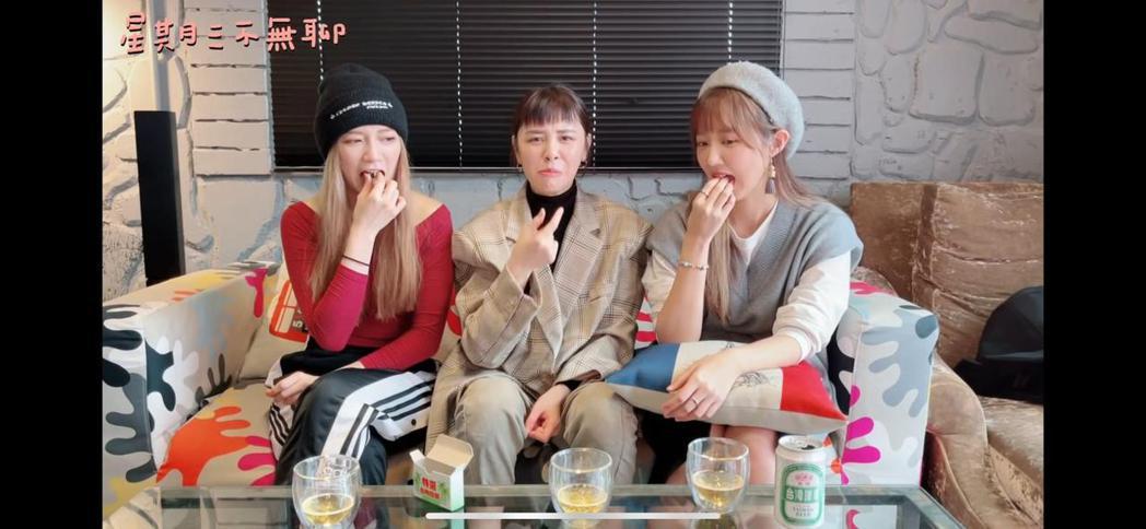 寶兒(左起)、宇珊、洪詩嘗試吃檳榔。圖/繁星浩月提供