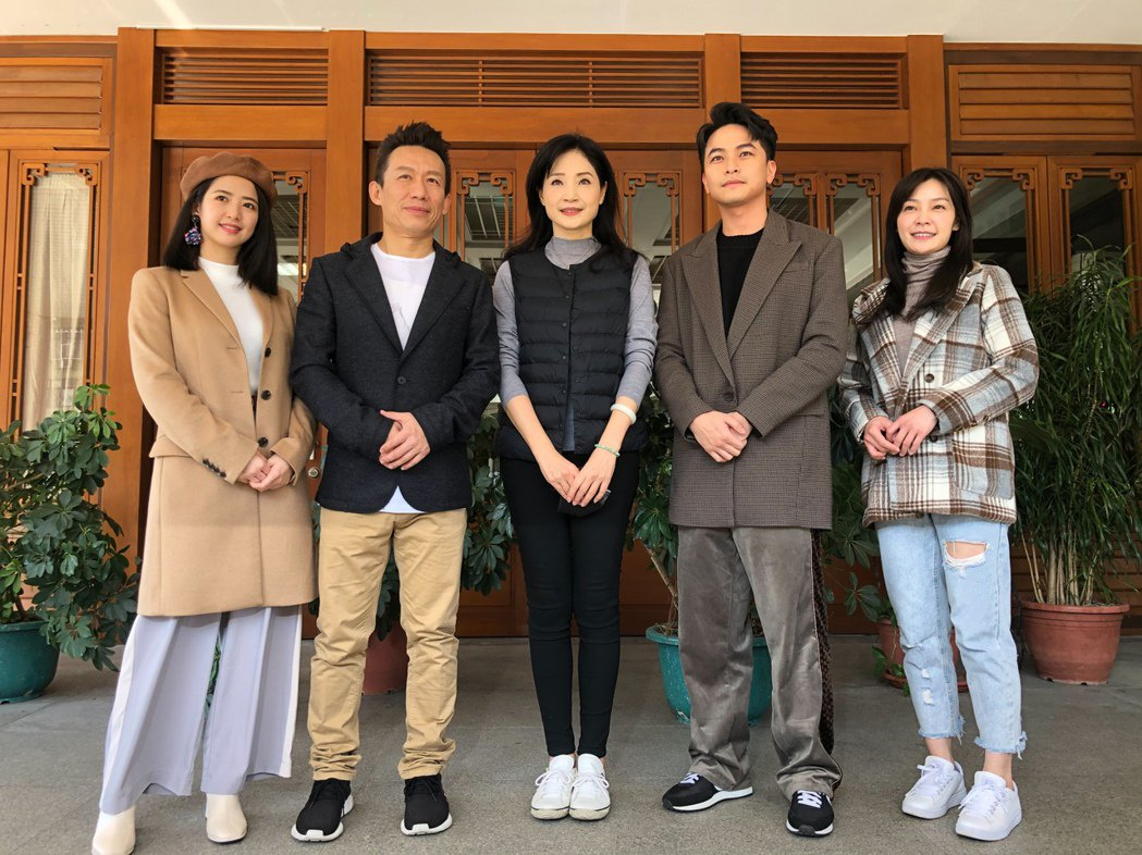 臧芮軒(左起)、郭子亁、方季惟、楊銘威、吳沛寧出席大愛新戲演員相見歡。圖/大愛台...