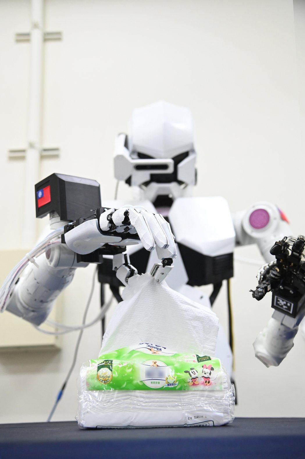 清華大學研發的機器人能如真人般靈活地抽取衛生紙。圖/清大提供