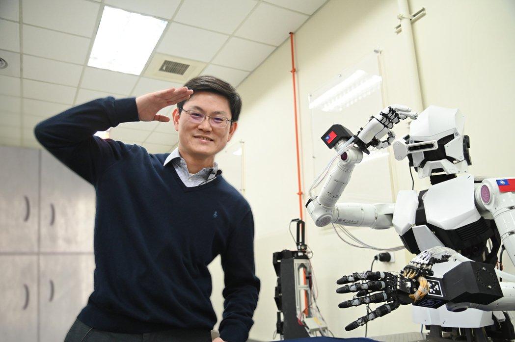 清華大學動機系教授張禎元研發出可模仿人手細緻動作的機器人。圖/清大提供