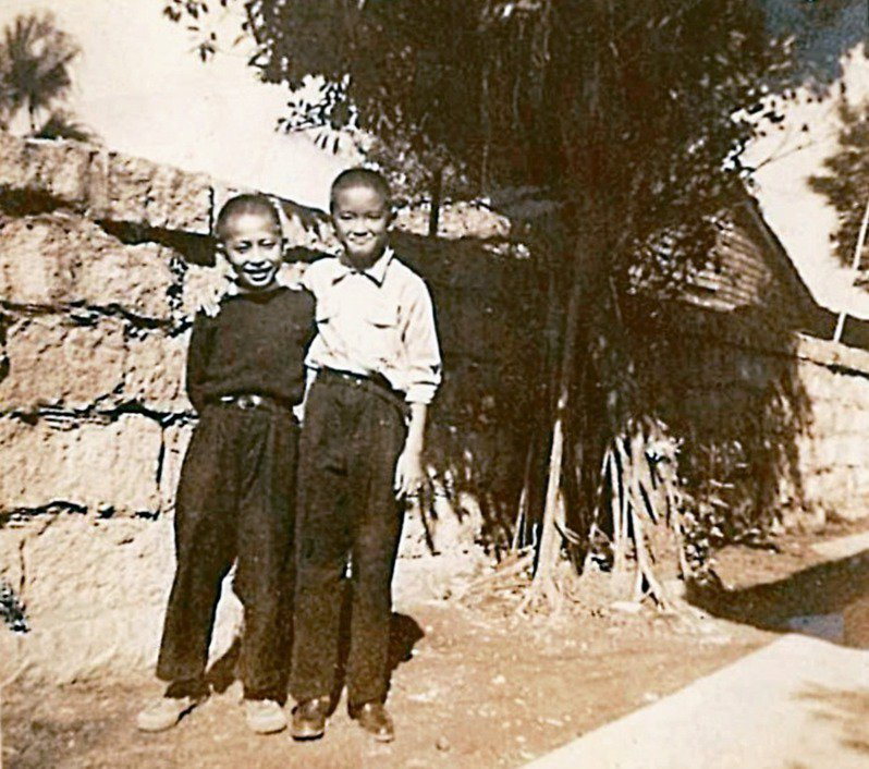 1949(民國38)年,隱地(左)時年12歲,和9歲的胡達開小朋友合影於胡府大庭院內,胡達開後來成為留美數學博士,1971年從美國回台大數學系擔任客座教授,因謝師宴飲酒過量英年猝逝,得年三十二歲,至今,胡達開先生紀念獎,仍是台大數學系一項重要的獎學金,許多在國內外任教的著名老師均得過這項獎學金。(圖/隱地提供)